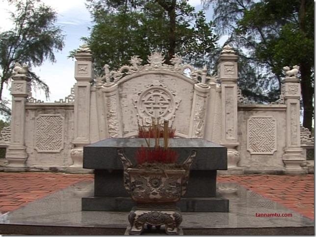 Phần mộ của Đại Thi Hào Nguyễn Du