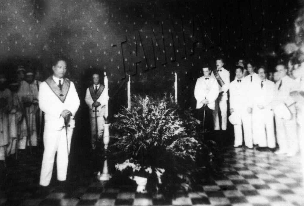 Các hội viên Hội Tam điểm túc trưc linh cữu