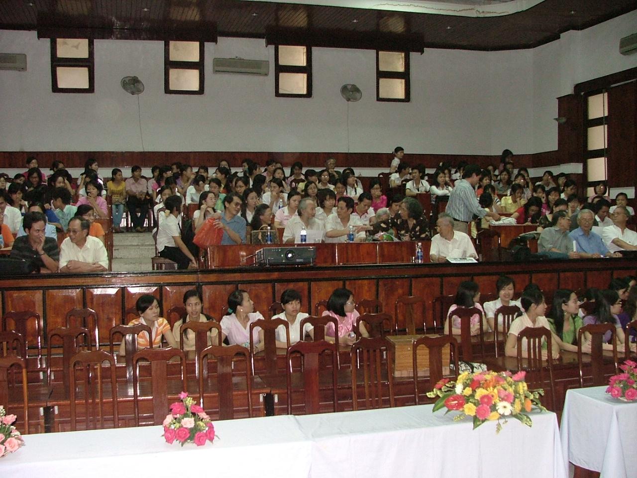 sinh-ven-va-giao-vien-khoa-van-dhsp-hn-to-chuc-xem-phim-nguyen-van-vinh-ngay-8-5-2009